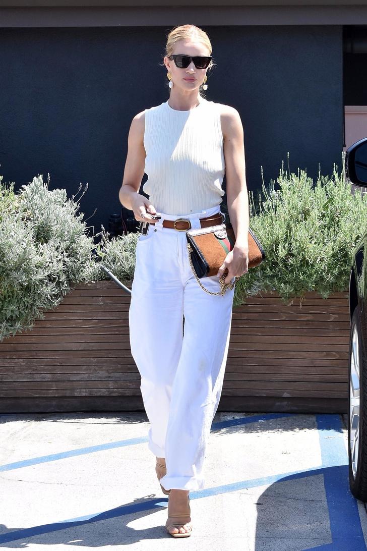 Повседневная элегантность: Рози Хантингтон-Уайтли в джинсах Jean Atelier и босоножках Jacquemus (фото 1)
