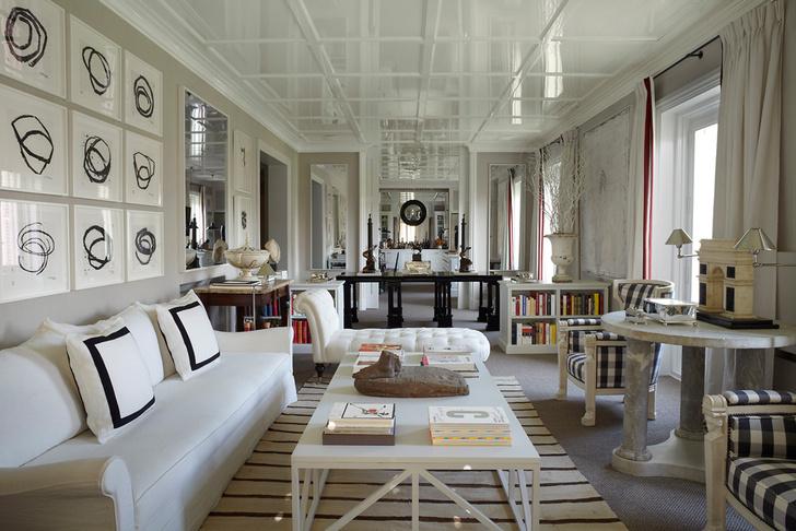 Гостиная в квартире Бустаманте. Антик- варные кресла дизайнер обил тканью от Ian Mankin. Софа изготовлена на заказ и обита тканью, Loro Piana. Потолки и коктейльный столик также изготовлены по эскизам дизайнера. На стене — работа Ричарда Серра.
