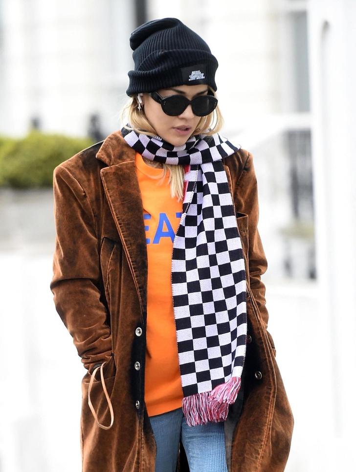 Гроссмейстер моды: Рита Ора в клетчатом шарфе и уютном пальто (фото 2)