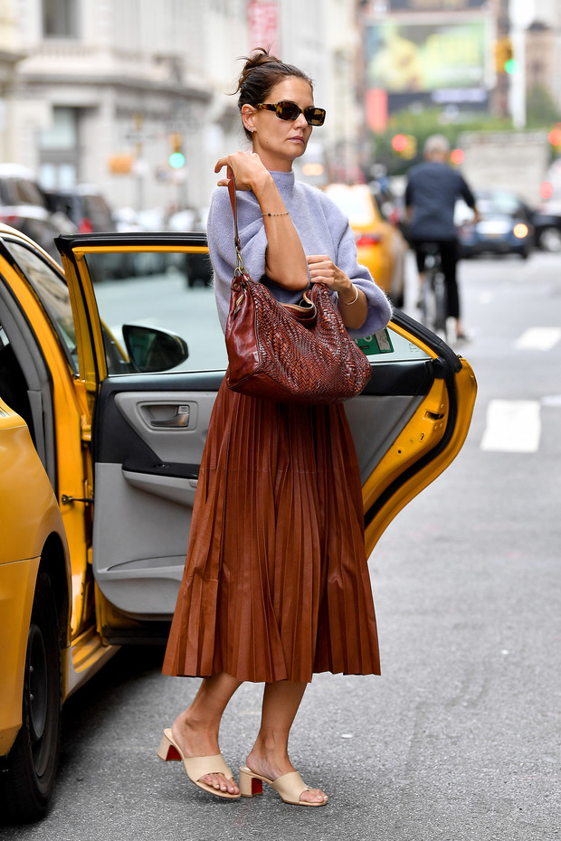 Лавандовый свитер + юбка оттенка молочного шоколада: сочетаем цвета и фактуры как Кэти Холмс (фото 3)