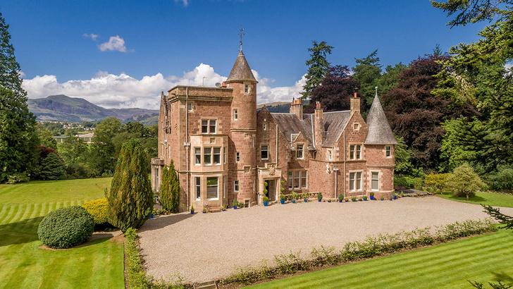 В Шотландии продается замок с интерьерами в стиле поп-арт (фото 0)