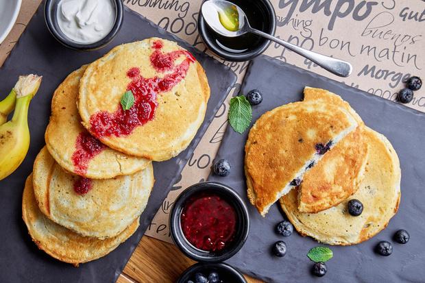 Блины с олениной и вишневым соусом, американские панкейки и французский креп-сюзетт: идеи вкусных и красивых завтраков (фото 1)