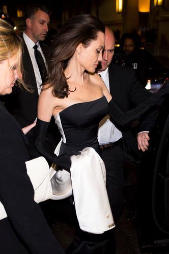 Фото дня: Анджелина Джоли с детьми на ужине в Нью-Йорке (фото 4)