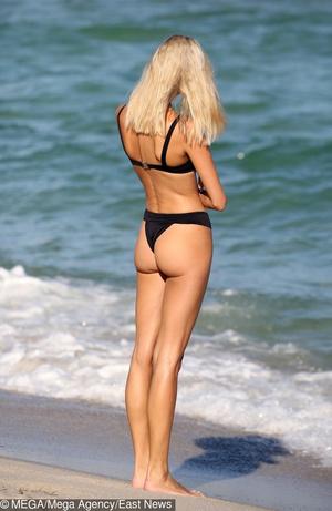 модель Девон Виндзор на пляже со своей собачкой (фото 1.1)