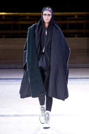 Показ Yohji Yamamoto коллекции сезона Осень-зима 2014-2015 года prêt-à-porter - www.elle.ru - Подиум - фото 582597