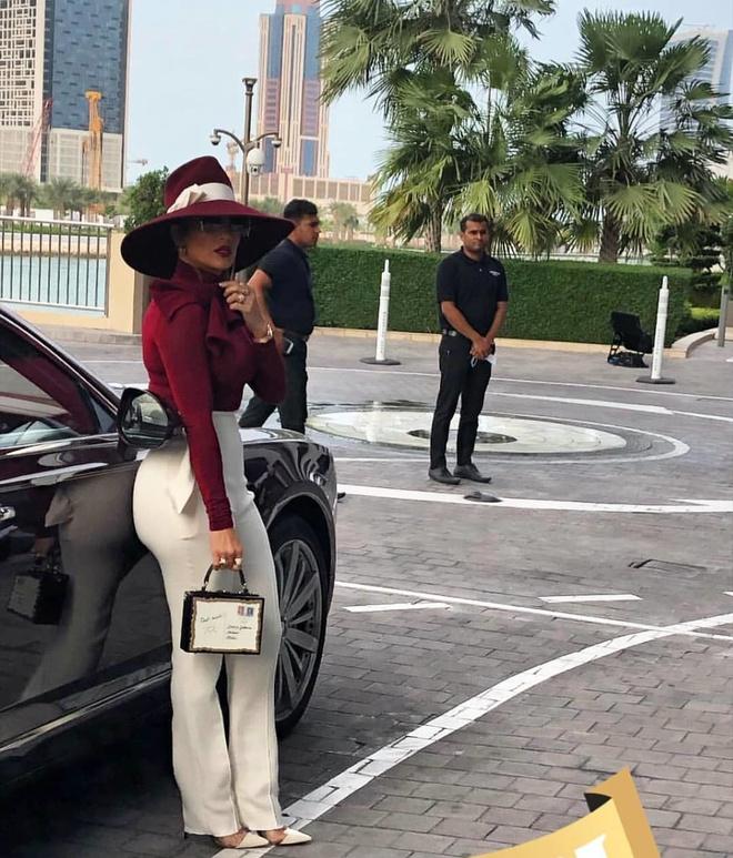 Красное и белое: Дженнифер Лопес в эффектном образе на встрече в Катаре (фото 2.1)