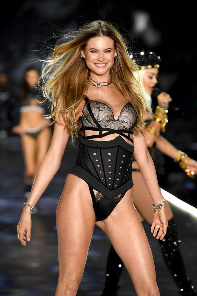 Прекрасные создания: самые яркие образы с шоу Victoria's Secret (фото 8.2)