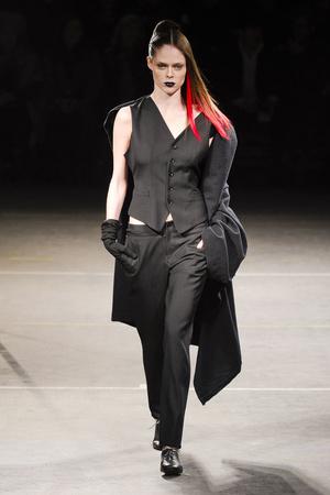 Показы мод Yohji Yamamoto Осень-зима 2012-2013 | Подиум на ELLE - Подиум - фото 1436