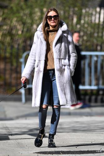 Будет весна, вы считаете? Оливия Палермо в меховом пальто и бежевом свитере с косами (фото 1.1)