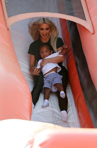 Фото дня: Ким Кардашьян на прогулке с детьми фото [1]