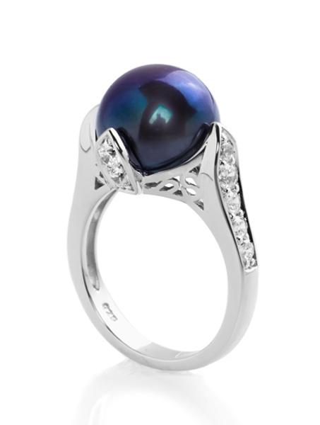 Кольцо с черной жемчужиной и циркониями