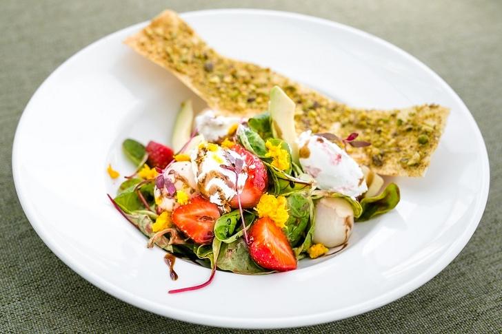 Салат с клубникой и козьим сыром, личи, апельсином и сиропом из токайского вина летние салаты с фото
