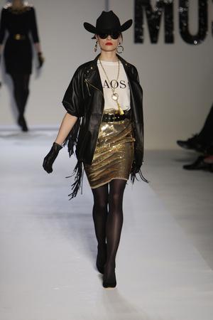 Показы мод Moschino Осень-зима 2010-2011 | Подиум на ELLE - Подиум - фото 2747