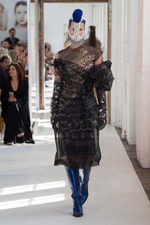 Показ Maison Margiela коллекции сезона Осень-зима 2017-2018 года Haute couture - www.elle.ru - Подиум - фото 624429