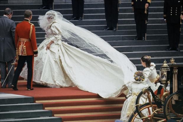 О них мечтали все: свадебные платья звезд, которые поступили в продажу после торжества (фото 2)