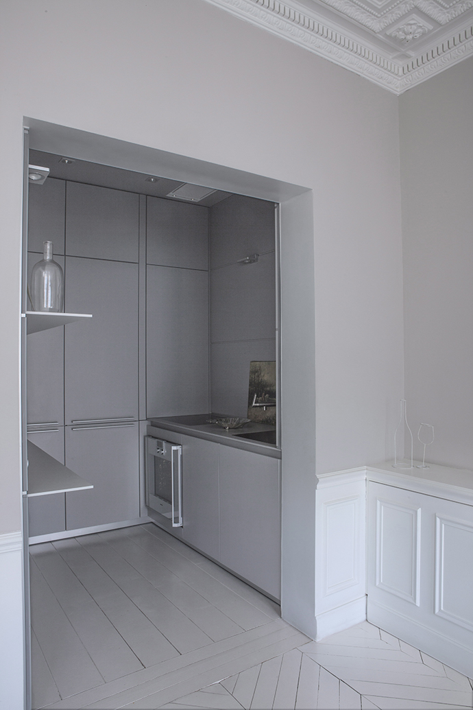 Кухня, bulthaup. Вся кухонная утварь скрыта за глухими дверцами ящиков.