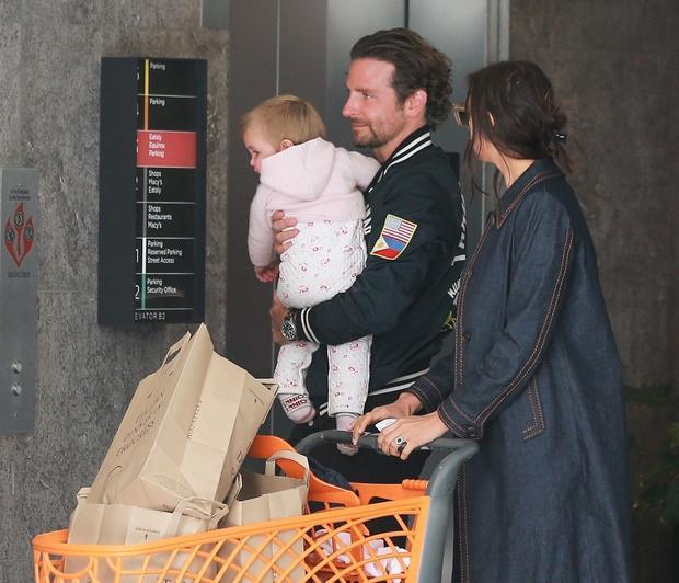Редкий выход: Брэдли Купер и Ирина Шейк с дочкой на шопинге (фото 3)