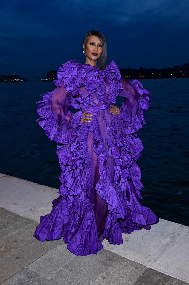 В оттенке дикой лианы: роскошная Иман в кутюрном Valentino (фото 1)