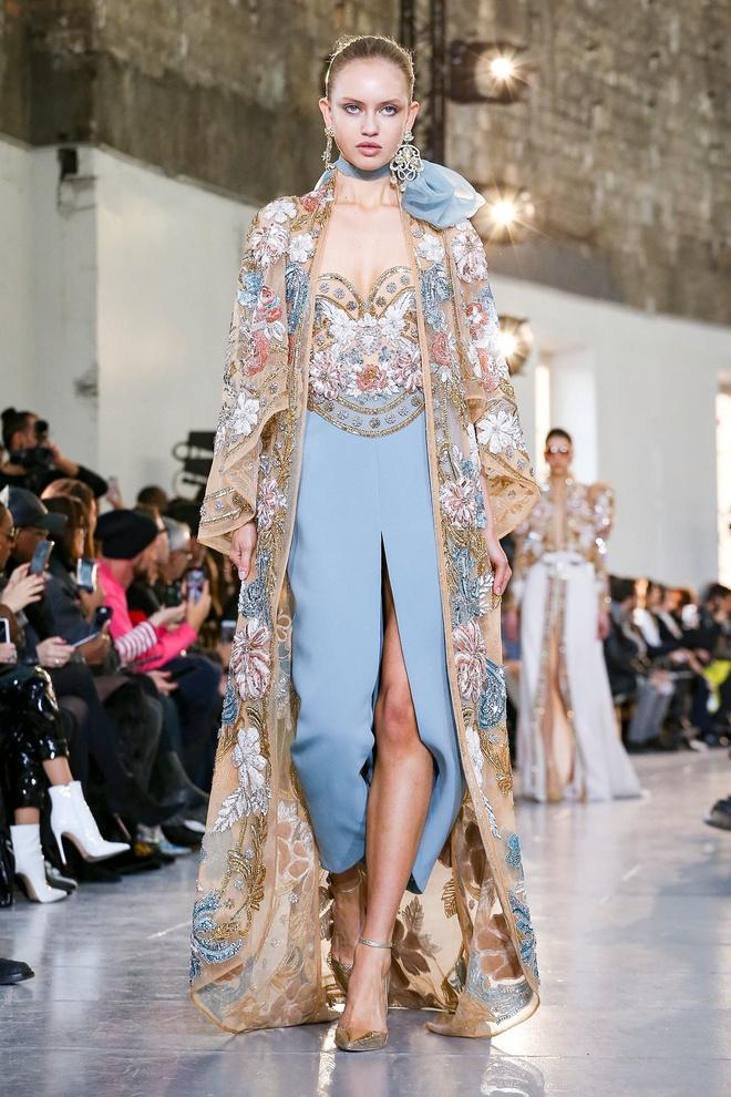 Вырезы в форме галстука и сотни тысяч кристаллов: Elie Saab Haute Couture 2020 (фото 32.2)