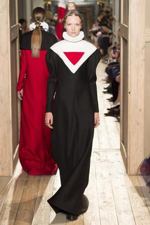 Показ Valentino коллекции сезона Осень-зима 2016-2017 года haute couture - www.elle.ru - Подиум - фото 607383