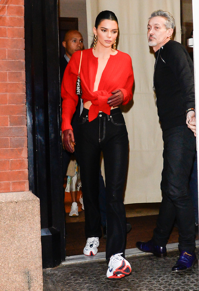 Кендалл Дженнер показывает новый модный способ носить кардиган (фото 1.1)