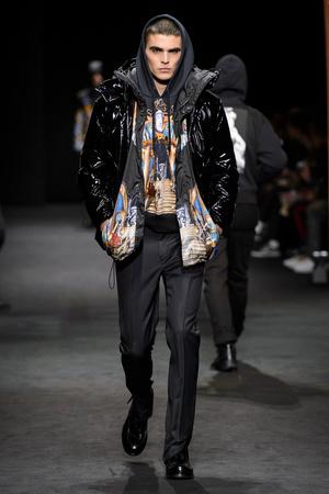 Показ Versace коллекции сезона Осень-зима 2017-2018 года Men prêt-à-porter - www.elle.ru - Подиум - фото 614537