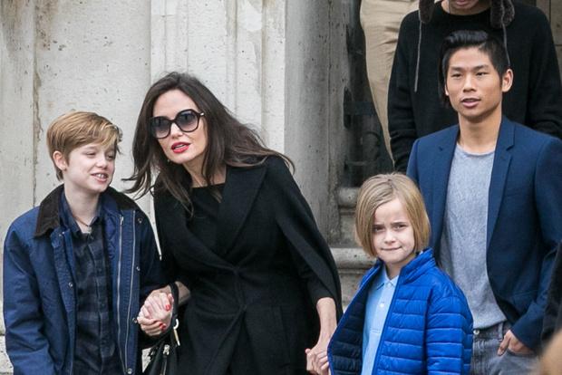 В полном составе: Анджелина Джоли с детьми в Лувре (фото 2)