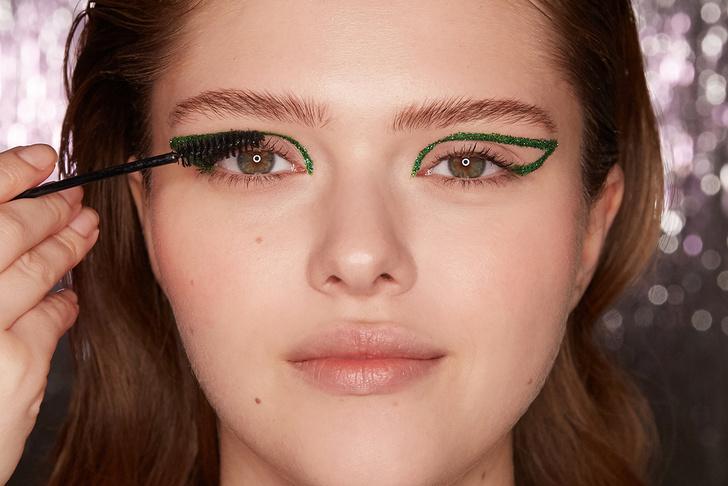 Поэтапная инструкция: 2 новогодних макияжа от визажистов Елены Крыгиной (фото 36)
