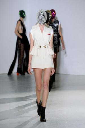 Показ Maison Martin Margiela коллекции сезона Осень-зима 2012-2013 года Haute couture - www.elle.ru - Подиум - фото 405022