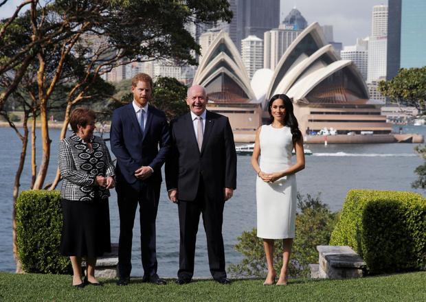 Белое платье и бежевое пальто: Меган Маркл и принц Гарри в Австралии (фото 1)