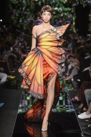 Показ Moschino коллекции сезона Весна-лето 2018 года Prêt-à-porter - www.elle.ru - Подиум - фото 637741