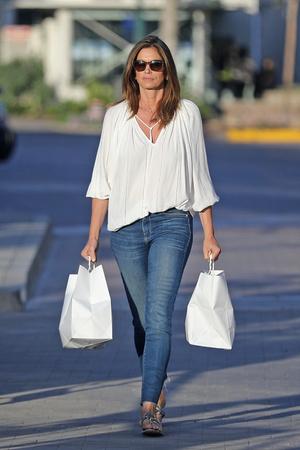 Белая блуза и идеально сидящие джинсы: безупречная Синди Кроуфорд на безлюдных улицах Малибу (фото 3.1)