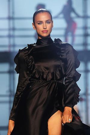 She's back: Ирина Шейк вышла на подиум Недели моды в Нью-Йорке фото [5]