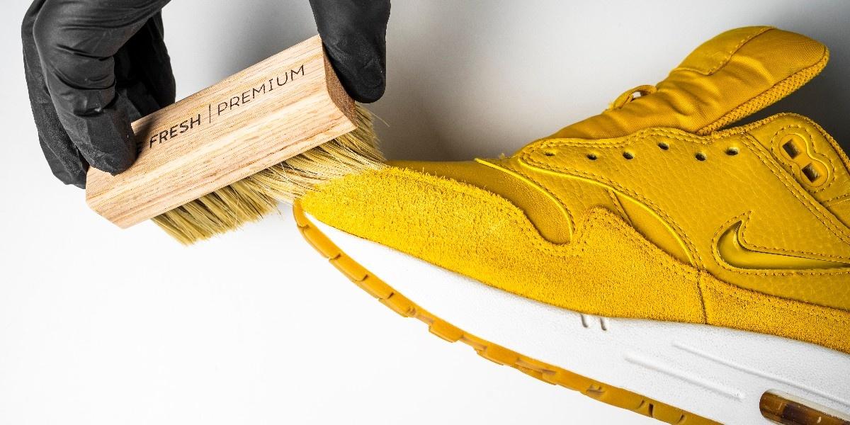 Как правильно чистить замшевые кроссовки?
