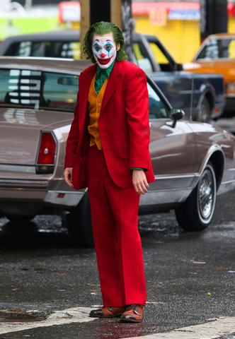 Воплощенное безумие: новые фото Хоакина Феникса в образе Джокера (фото 1.1)