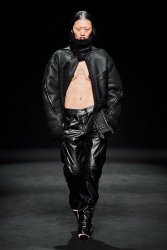 Прозрачные ткани, глубокое декольте и кожа: Mugler FW 2020 (фото 6.1)