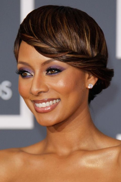 2010 год. Смоки айз меняет цвет — теперь можно и модно это создавать с помощью темных теней.