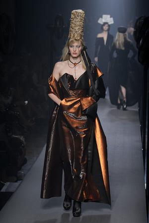 Показ Jean Paul Gaultier коллекции сезона Осень-зима 2015-2016 года Haute couture - www.elle.ru - Подиум - фото 597241