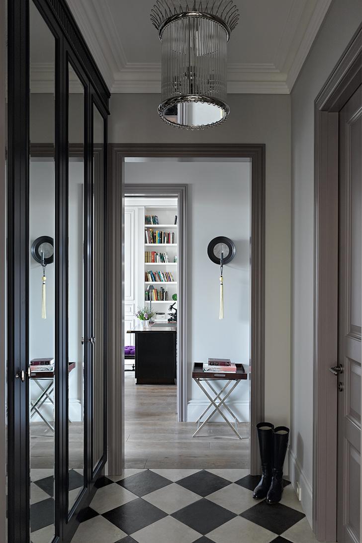Прихожая. Шкафы выполнены на заказ по эскизам декоратора. Верхний свет, Vaughan Design.