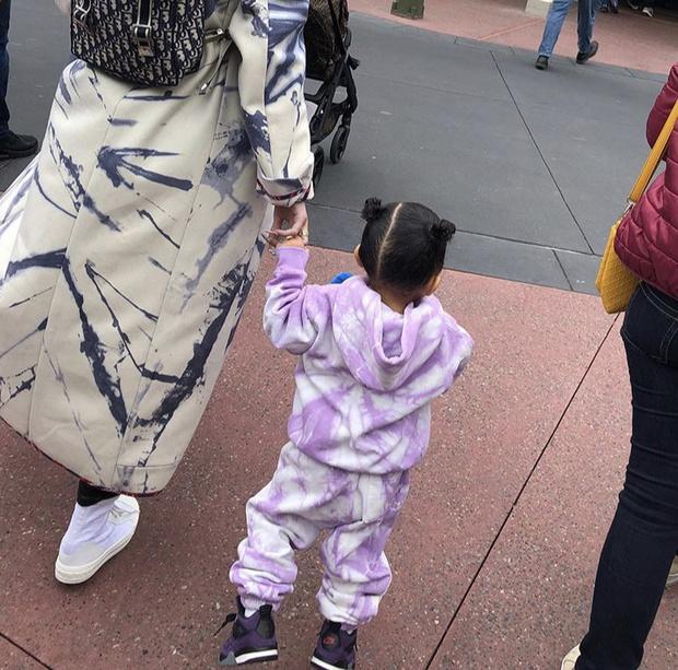 Кто-то разбрызгал краски: необычное пальто Кайли Дженнер (фото 3)
