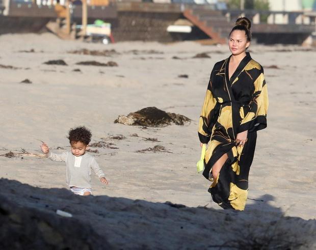 Главное — это семья: Крисси Тейген с мужем и детьми (фото 1)