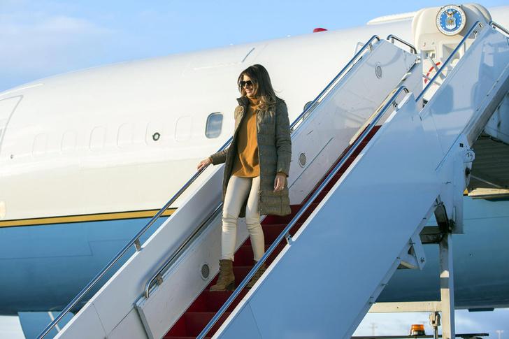 Пуховик вместо платья: Мелания Трамп прибыла на Аляску фото [2]