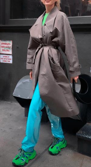 Блестящие брюки на каждый день: идея весеннего образа от Эльзы Хоск (фото 0.2)