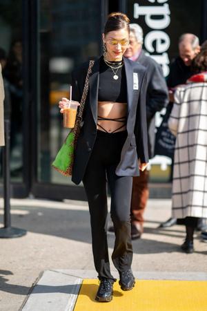 Экстремально короткий кроп-топ и шнуровка на талии: Белла Хадид в Нью-Йорке (фото 2.1)