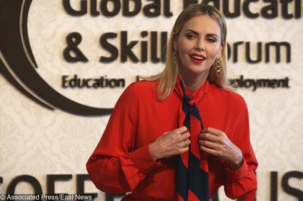 Леди в красном: Шарлиз Терон в Givenchy на форуме в Дубае (фото 3)