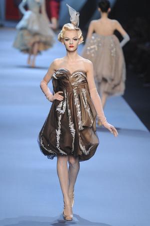 Показ Christian Dior коллекции сезона Весна-лето 2011 года haute couture - www.elle.ru - Подиум - фото 214928