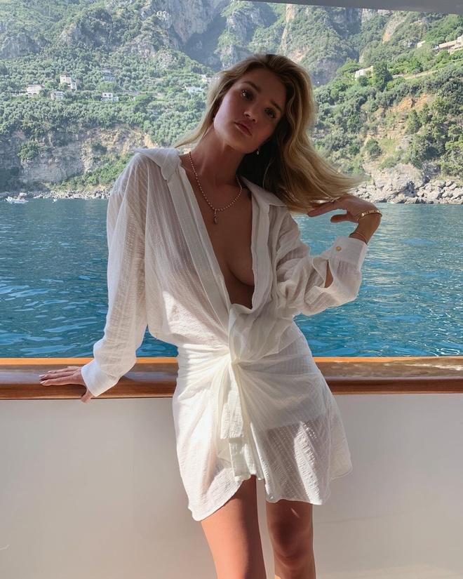 Богиня: Роузі Хантінгтон-Уайтлі в плаття Jacquemus на голе тіло (фото 2)