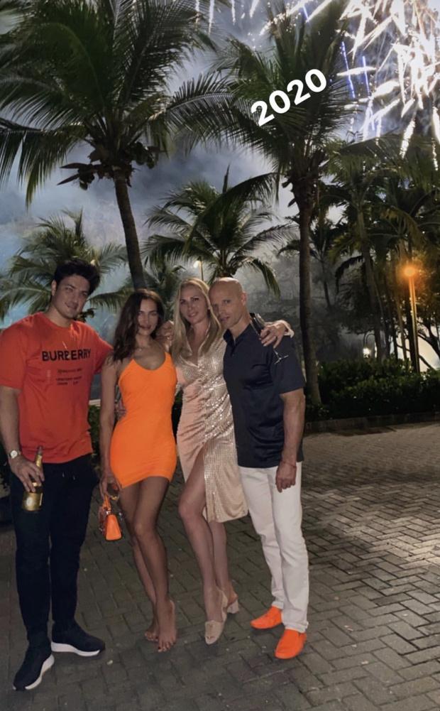 Заводной апельсин: оранжевое мини-платье Ирины Шейк (фото 1)