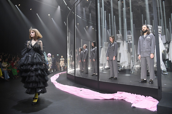Мастера Gucci дошивали одежду прямо на показе (фото 1)