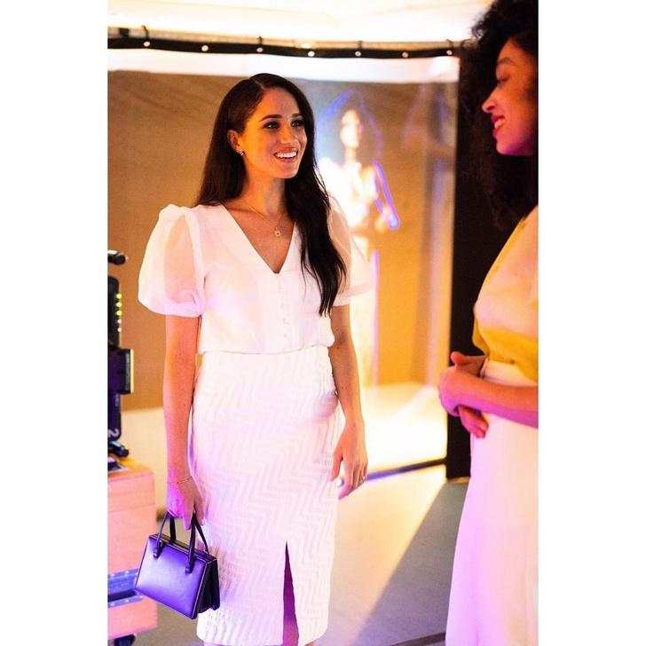 Естественная и безупречная: Меган Маркл в белоснежной прозрачной блузе (фото 1)
